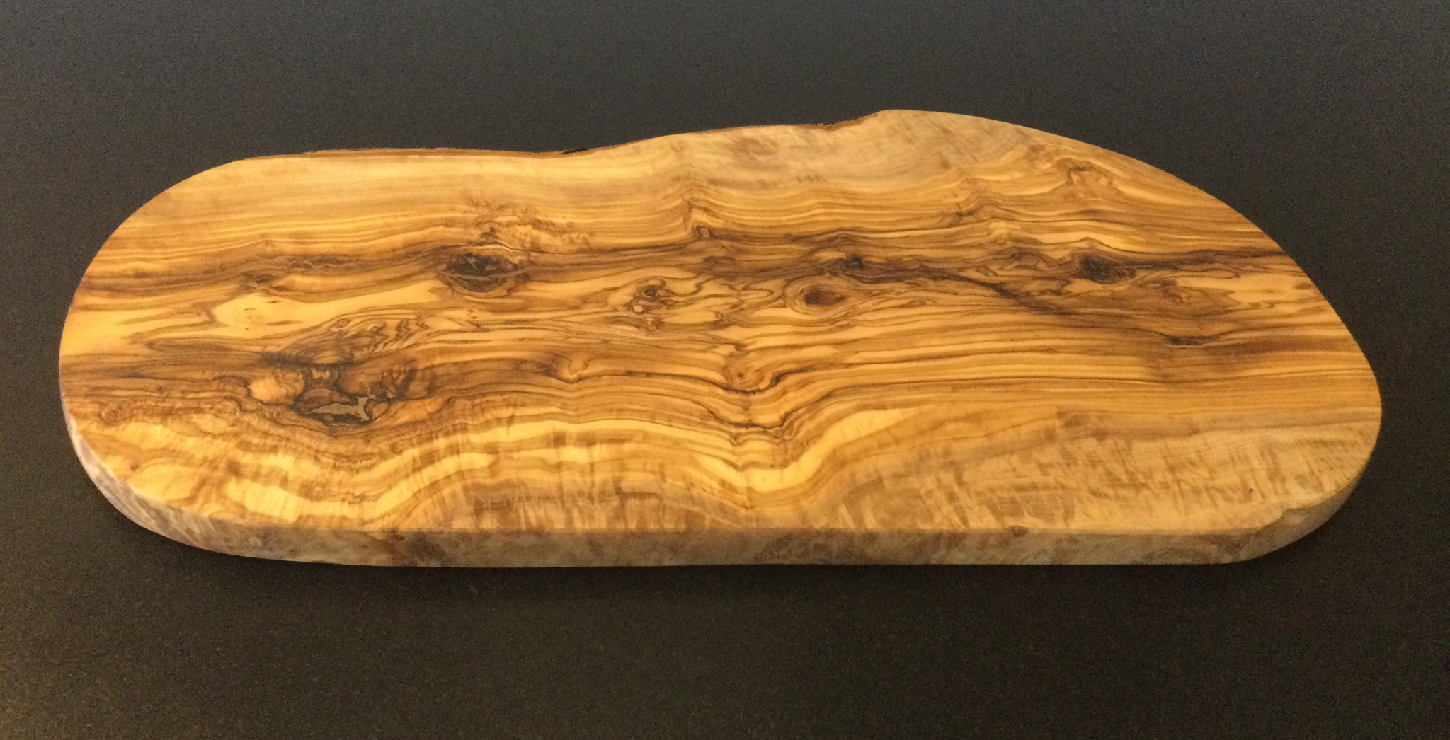 Olive wood: Oval serving board.